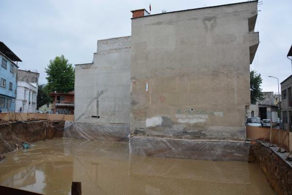 Su biriken temelin yanındaki 2 bina tahliye edildi