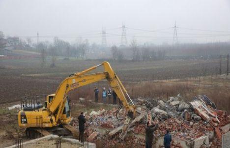 Adapazarı'ndaki iki kaçak bina yıkıldı!