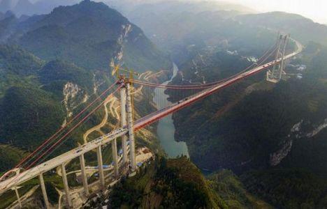 Çin'de bin 130 metrelik köprü inşa edildi!