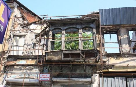 İzmir Basmane'deki harabeye dönen tarihi evler tehdit ediyor!