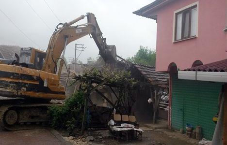 İzmit'teki hasarlı binalar yıkılıyor!