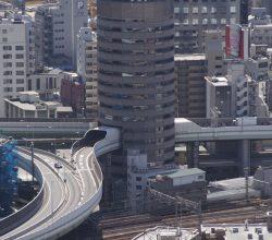 İçerisinden Otoyol Geçen Bina : Gate Tower Building