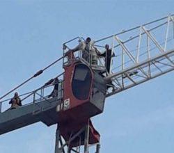 Çukurova Bölgesel Havalimanı inşaatında 10 işçi kule vince çıktı!